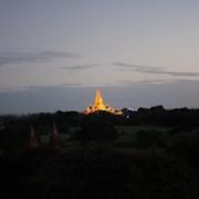 """Au petit matin, vue sur le temple Ananda illuminé en attendant que le soleil se lève • <a style=""""font-size:0.8em;"""" href=""""http://www.flickr.com/photos/22252278@N05/32553302356/"""" target=""""_blank"""">View on Flickr</a>"""