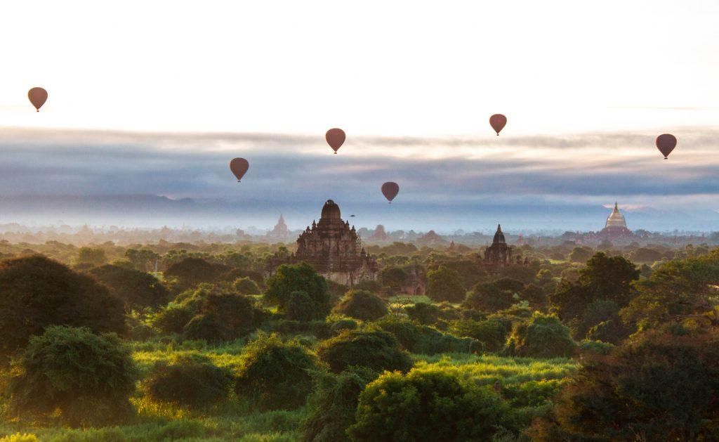 Vol de montgolfières au petit matin sur les temples de Bagan, au Myanmar (Birmanie).